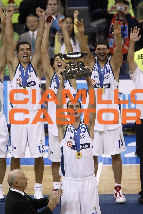DESCRIZIONE : Belgrado Belgrade Eurobasket Men 2005 Premiazione Closing Ceremony<br /> GIOCATORE : Kakiouzis<br /> SQUADRA : Grecia Greece<br /> EVENTO : Eurobasket Men 2005 Campionati Europei Uomini 2005<br /> GARA : <br /> DATA : 25/09/2005<br /> CATEGORIA :<br /> SPORT : Pallacanestro<br /> AUTORE : Ciamillo&amp;Castoria/Fiba Europe Pool