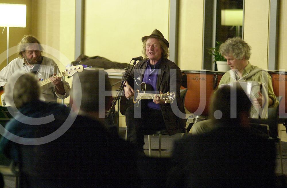 BORNE<br /> In het kader van de boekenweek muzikale voorstelling met liedjes van Willem Wilmink in de bibliotheek,<br /> <br /> Editie: HE2<br /> <br /> fotografie frank uijlenbroek&copy;2006 michiel van de velde<br /> TT20060318