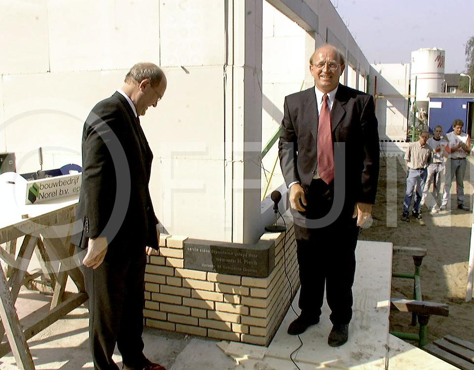 Fotografie Uijlenbroek©1999/michiel van de velde.990909 ommen ned.eerste steen legging .van links naar rechts wethouder pierik en directeur.van het zonnehuis j eefsting