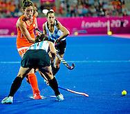 De Nederlandse hockeyers hebben in Londen opnieuw naast een hoofdprijs gegrepen. Acht jaar na de verloren olympische finale tegen Australi&euml; ging het in de Riverbank Arena ook weer fout tegen Duitsland. De titelverdediger zegevierde met 2-1. <br /> De Nederlandse hockeysters hebben opnieuw de olympische titel veroverd. In de finale versloeg het team van bondscoach Max Caldas vrijdag in Londen de Argentijnse vrouwen met 2-0.