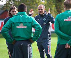 27.10.2014, Trainingscenter, Bremen, GER, 1. FBL, SV Werder Bremen, Training, im Bild Viktor Skripnik (Cheftrainer SV Werder Bremen) gestikulierend w&auml;hrend der Besprechung mit der Mannschaft vor Beginn des Trainings, daneben Torsten Frings (Co-Trainer SV Werder Bremen) // during a Trainingssession of German Bundesliga Club SV Werder Bremen at the Trainingscenter in Bremen, Germany on 2014/10/27. EXPA Pictures &copy; 2014, PhotoCredit: EXPA/ Andreas Gumz<br /> <br /> *****ATTENTION - OUT of GER*****