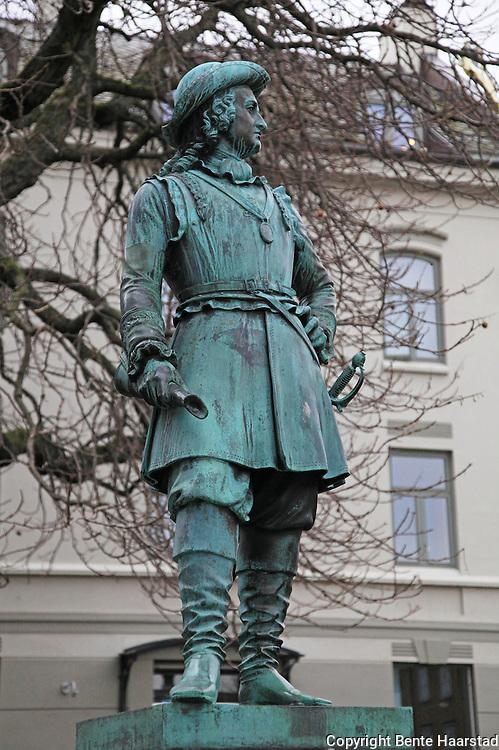 Statuen av Peter Wessel Tordenskjold står ved Vår Frue kirke.