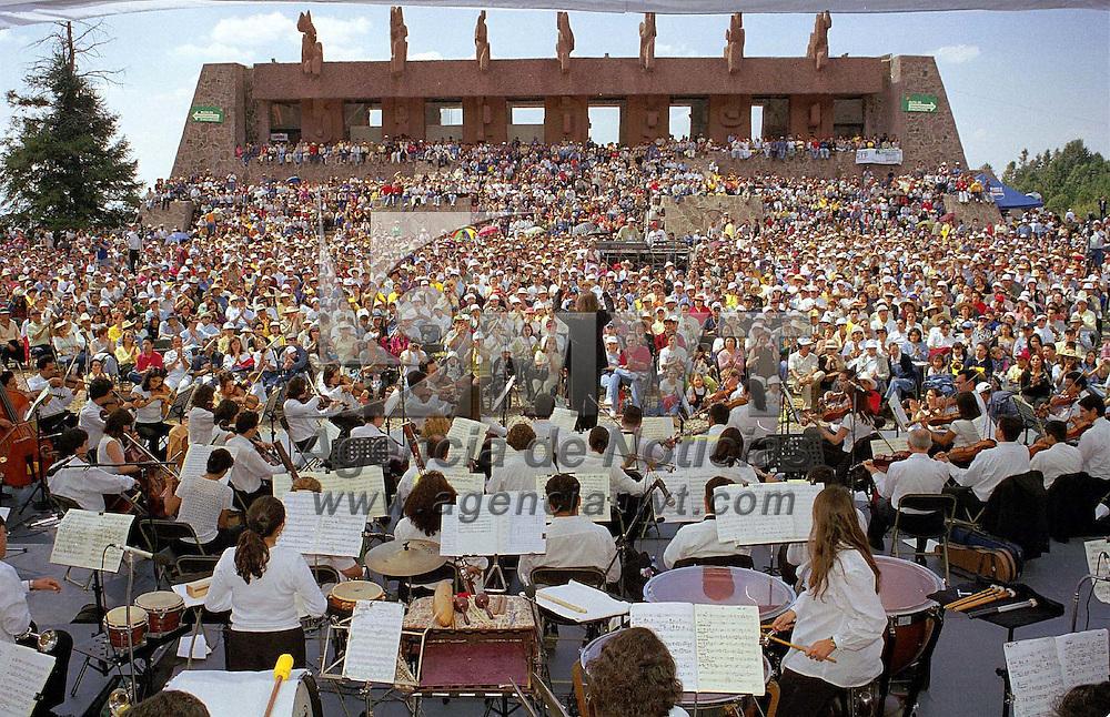 Temoaya, Méx.- Cerca de siete mil personas se dieron cita en el centro Ceremonial Otomí de este municipio para escuchar el concierto del músico españo Luis Cobos. Agencia MVT / Mario Vázquez de la Torre.