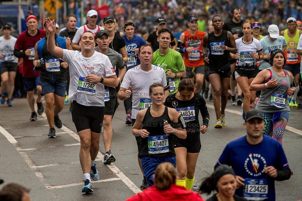 05-11-2017 USA: NYC Marathon We Run 2 Change Diabetes day 3, New York<br /> De dag van de marathon, 42 km en 195 meter door de straten van Staten Island, Brooklyn, Queens, The Bronx en Manhattan / Martijn en Bob