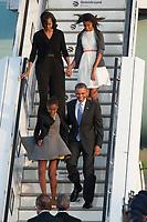 18 JUN 2013, BERLIN/GERMANY:<br /> Barack Obama (vorne R), Praesident USA, seine Tocher Sasha Obama (vorne L), Michelle Obama, Ehefrau des Praesidenten und Malia Obama, die aeltere Tochter, steigen aus der Airfoce Number One, Ankunft auf dem militaerischen Teil des Flughafens Berlin Tegel, Besuch des Praesidenten der Vereinigten Staaten von Amerika, in Deutschland, Bundeskanzleramt<br /> IMAGE: 20130618-01-022<br /> KEYWORDS: Präsident U.S.A.