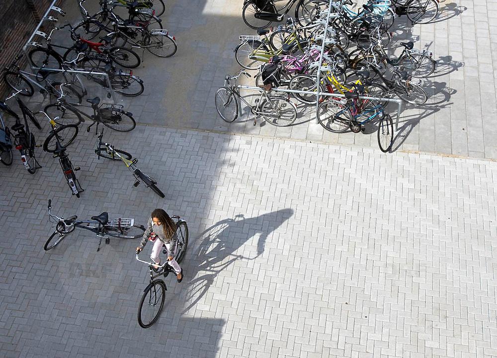 Nederland Rotterdam 23-09-2009 20090923 Serie over onderwijs,  openbare scholengemeenschap voor mavo, havo en vwo. Leerlinge op fiets tussen fietsenstalling.                                 .Foto: David Rozing