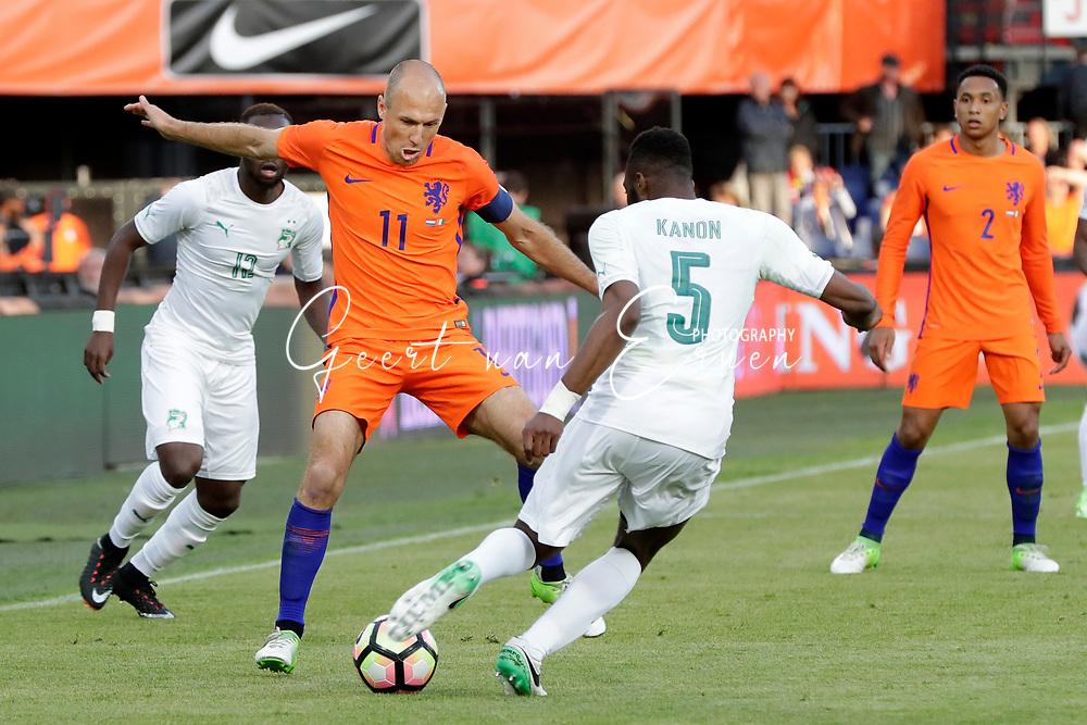 04-06-2017 VOETBAL:NEDERLAND-IVOORKUST:ROTTERDAM<br /> Oranje oefende tegen Ivoorkust vanavond in De Kuip<br /> <br /> Arjen Robben van Oranje (Bayern Munchen) in duel met Wilfried Kanon van Ivoorkust <br /> <br /> Foto: Geert van Erven