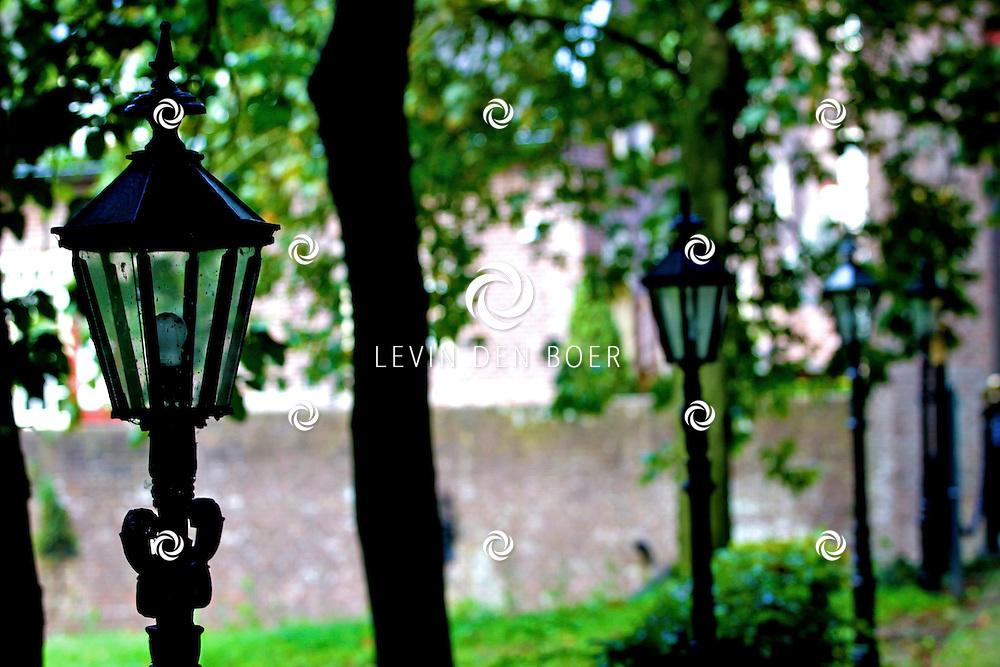 WELL - Tussen de hoge bomen en al het mooie groen ligt een kasteel. Dit kasteel dateert uit de 15e eeuw. Synoniem voor het kasteel Well is genaamd 'Huis van Malsen'. Het oudste gedeelte van slot Well is de waarschijnlijk uit circa 1500 daterende woontoren. De muren hebben een dikte van ca 1 m. Ook in de aanbouw, waarin zich de ingang bevind, vindt men in de voorgevel een muur van deze zwaarte. Onder het voorste gedeelte van de aanbouw bevinden zich twee in elkaar overlopende kelders. FOTO LEVIN DEN BOER - PERSFOTO.NU