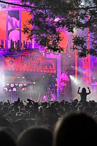 Nederland, Nijmegen, 18-7-7-2017Recreatie, ontspanning, cultuur, dans, theater en muziek in de binnenstad. Onlosmakelijk met de vierdaagse, 4daagse, zijn in Nijmegen de vierdaagse feesten, de zomerfeesten. Talrijke podia staat een keur aan artiesten, voor elk wat wils. Een week lang elke avond komen ruim honderdduizend bezoekers naar de stad. De politie heeft inmiddels grote ervaring met het spreiden van de mensen, het zgn. crowd control. De vierdaagsefeesten zijn het grootste evenement van Nederland en verbonden met de wandelvierdaagse. Diverse locaties Zomerfeesten, vierdaagsefeesten. Dance en dj bij Matrixx at the park.Foto: Flip Franssen