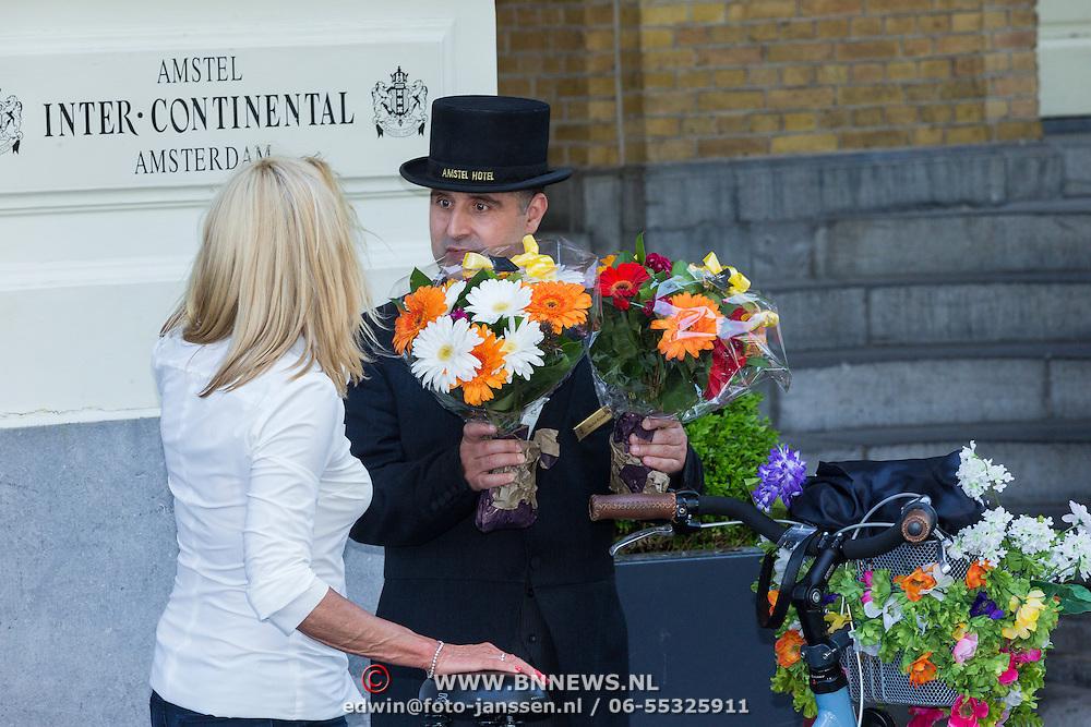NLD/Amsterdam/20130606 - Barbra Streisand vertrekt bij haar hotel in Amsterdam naar haar concert in de Ziggodome, bloemen worden gebracht door fans - Flowers from fans fo american singer Barbra Streisand delivered at her hotel in Amsterdam
