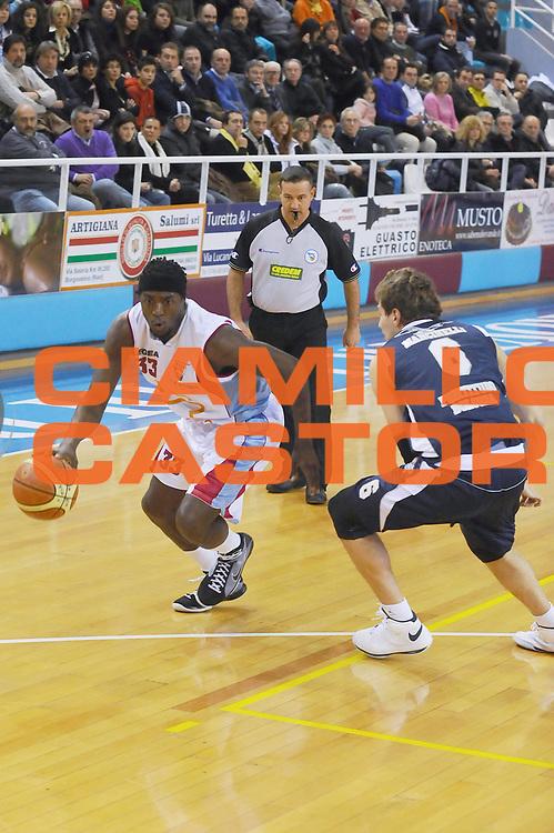 DESCRIZIONE : Rieti Lega A1 2008-09 Solsonica Rieti Gmac Fortitudo Bologna<br /> GIOCATORE : Omar Abdul Thomas<br /> SQUADRA : Solsonica Rieti<br /> EVENTO : Campionato Lega A1 2008-2009 <br /> GARA : Solsonica Rieti Gmac Fortitudo Bologna<br /> DATA : 15/02/2009<br /> CATEGORIA : Palleggio<br /> SPORT : Pallacanestro <br /> AUTORE : Agenzia Ciamillo-Castoria/E.Grillotti
