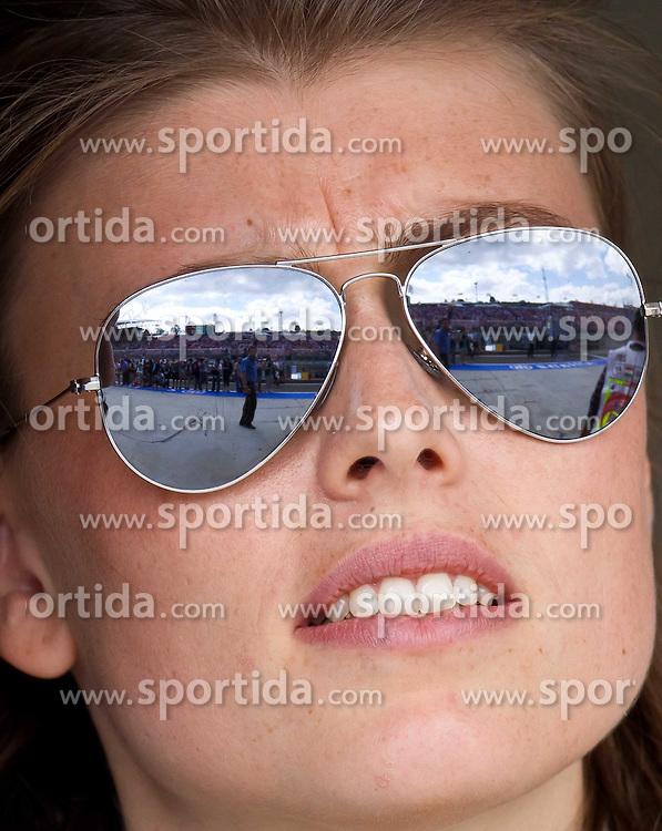 30.07.2011, Hungaroring, Budapest, HUN, F1, Grosser Preis von Ungarn, Hungaroring, im Bild Feature, in der Sonnenbrille einer hübschen Dame spiegelt sich die Tribühne und die Boxengasse auf der Zielgeraden des Hungarorings // during the Formula One Championships 2011 Hungarian Grand Prix held at the Hungaroring, near Budapest, Hungary, 2011-07-30, EXPA Pictures © 2011, PhotoCredit: EXPA/ J. Feichter