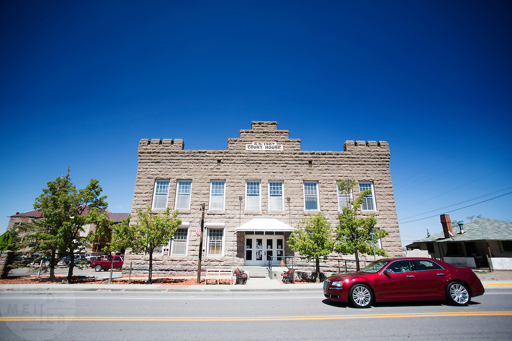 Het Esmeralda County Courthouse dat nog steeds dienst doet als gerechtshof en kantoor van het districht. Goldfield, Nevada, is een bijna verlaten ghost town in Esmeralda County, gelegen aan de State Route 95. Tussen 1906 en 1910 was Goldfield de grootste plaats in de Amerikaanse staat Nevada met meer dan 20.000 inwoners. Momenteel leven er tussen de 200 en 300 mensen. Het plaatsje is groot geworden door de vondst van goud in 1902. Vanaf 1910 daalde het aantal inwoners snel en in 1923 is een groot deel verwoest door een brand. De overgebleven huizen zijn grotendeels verlaten, maar worden nog altijd onderhouden door de inwoners. Daarmee wordt de geschiedenis van de het plaatsje bewaard.<br /> <br /> The Esmeralda County Court house is still the county seat. Goldfield, Nevada, is an almost deserted ghost town in Esmeralda County. Between 1906 and 1910, Goldfield was the largest town in the state of Nevada with more than 20,000 inhabitants. Currently, there are between 200 and 300 people. The town has grown with the discovery of gold in 1902. From 1910, the population declined rapidly, and in 1923 the town was largely destroyed by a fire. The remaining houses are largely abandoned, but are still maintained by the residents. This way the history of the town is preserved.
