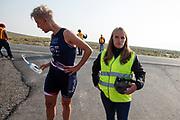 Iris Slappendel gooit boos haar bidon weg tijdens de vijfde racedag. Het Human Power Team Delft en Amsterdam, dat bestaat uit studenten van de TU Delft en de VU Amsterdam, is in Amerika om tijdens de World Human Powered Speed Challenge in Nevada een poging te doen het wereldrecord snelfietsen voor vrouwen te verbreken met de VeloX 7, een gestroomlijnde ligfiets. Het record is met 121,81 km/h sinds 2010 in handen van de Francaise Barbara Buatois. De Canadees Todd Reichert is de snelste man met 144,17 km/h sinds 2016.<br /> <br /> With the VeloX 7, a special recumbent bike, the Human Power Team Delft and Amsterdam, consisting of students of the TU Delft and the VU Amsterdam, wants to set a new woman's world record cycling in September at the World Human Powered Speed Challenge in Nevada. The current speed record is 121,81 km/h, set in 2010 by Barbara Buatois. The fastest man is Todd Reichert with 144,17 km/h.