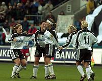 Fotball, NM-finale kvinner 2000 mellom Asker og Bjørnar 28. oktober 2000. Asker-jentene jubler over scoring. I midten Kjersti Thun (med pannebånd).