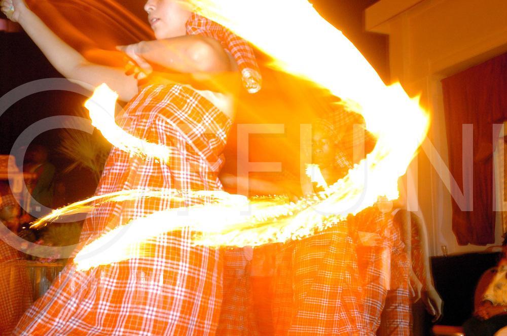 NIJVERDAL<br /> Viering 45 jaar Molukkers in Nijverdal, in het Spoortheater werd muziek en dans opgevoerd<br /> foto: Dans door jonge meisjes met een vuurtoorts.<br /> Editie: NY<br /> fotografie frank uijlenbroek&copy;2006frank uijlenbroek<br /> TT20060916