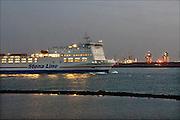 Nederland, Hoek van Holland, 16-9-2014Een veerboot, ferry, van rederij Stena Line vaart de nieuwe waterweg af richting Noordzee op weg naar Engeland. Op het schip staan vrachtwagens. Aan de overkant is de Maasvlakte.FOTO: FLIP FRANSSEN/ HOLLANDSE HOOGTE