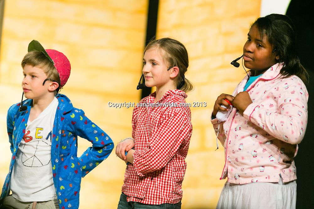 Toneel uitvoering De Eendracht vzw, samenwerking van GC de Maalbeek, kunstacademie RHok en basisschool 't Regenboogje. kinderen spelen De vloek van Valkenstein en Alice in het Land der Wonderen op 9 en 10 maart 2013