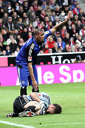 28.02.2010, Allianz Arena, Muenchen, GER, 1. FBL 09 10, FC Bayern München vs Hamburger SV, im Bild Guy Demel (Hamburg Nr. 20) und Frank Rost (Hamburg Nr. 1)  , EXPA Pictures © 2010, PhotoCredit: EXPA/ nph/ Straubmeier / for Slovenia SPORTIDA PHOTO AGENCY.