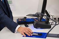 DEU, Deutschland, Germany, Berlin, 06.12.2017: Vorführung des Auslesen von mobilen Datenträgern wie z.B. Smartphones im Bundesamt für Migration und Flüchtlinge (BAMF). Diese neuen IT-Assistenzsystemen, die seit September 2017 im BAMF zum Einsatz kommen, leisten Hilfestellung bei der Identitätsfeststellung und -plausibilisierung von Asylantragstellern.
