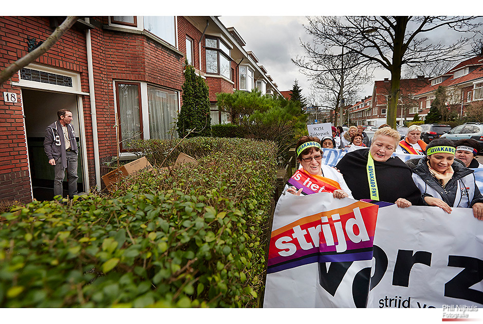 Den Haag, 7 januari 2014 - Abvakabo FNV voorzitter Corrie van Brenk steunde personeel van Zorginstelling WZH in Den Haag bij hun actie in Den Haag door met hun mee te gaan actievoeren voor een betere arbeidsvoorwaarde. Zorgmedewerkers van tientallen verpleeghuis- en thuiszorgorganisaties in Nederland voeren opnieuw actie voor goede zorg en voor een goede cao. Op 18 plaatsen door het land vindt een werkonderbreking plaats en op tientallen plaatsen houden zorgmedewerkers een 1 minuutactie. Foto : Phil Nijhuis