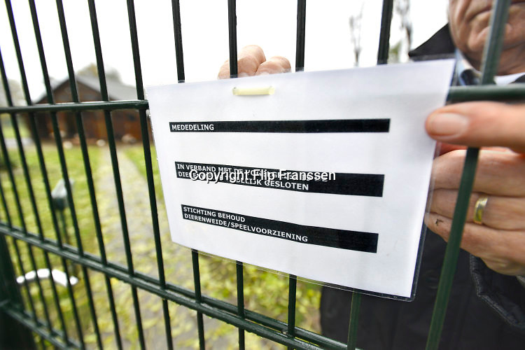Nederland, Beek, 15-11-2016Wiel Fleurkens van de dierenweide in Beek hangt een mededeling aan het hek vanwege de vogelgriepFoto: Flip Franssen