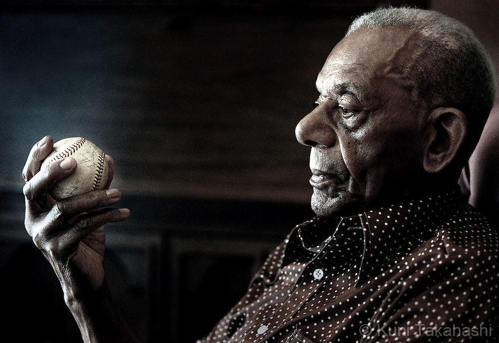 Charlie Lloyd, former player of black baseball league team Highland Colored Giants, looks at a baseball which he kept 60 years.<br /> (Photo by Kuni Takahashi)