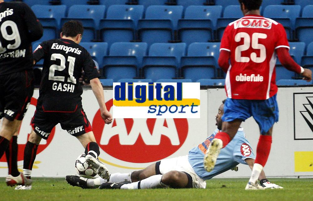 Fotball<br /> Tippeligaen Eliteserien<br /> 27.04.08<br /> Ullevaal Stadion<br /> FC Lyn Oslo - Fredrikstad FFK<br /> Eddie Gustafsson redder foran Ardian Gashi<br /> Foto - Kasper Wikestad