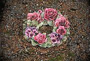Frankrijk, Amboise, 30-8-2013Bloemen van keramiek, porselein, als versierselen van een graf.Foto: Flip Franssen
