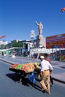 Chine. Province du Sinkiang (Xinjiang). Kashgar (Kashi). Statue de Mao. // China. Sinkiang Province (Xinjiang).  Kashgar (Kashi). Mao Statue