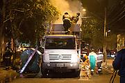 SÃO PAULO, SP, 22.08.2015 - INCÊNDIO-SP - Incêndio atinge caçamba de caminhão de coleta de lixo na rua Cuba, região sul de São Paulo no inicio da noite desse sábado (22), por volta das 19:30, não ouve feridos. (Foto: Marcelo Brammer/Brazil Photo Press)