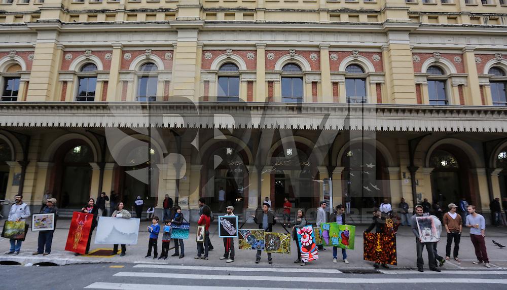 SAO PAULO, SP, 14 DE ABRIL 2013 - WALKING GALLERY SAO PAULO - Jovens artistas caminhão nas ruas do centro da cidade de Sao Paulo com suas obras nas mãos para promover o Walking Gallery evento que acontece nas principais cidades do mundo neste domingo 14. FOTO: WILLIAM VOLCOV - BRAZIL PHOTO PRESS.