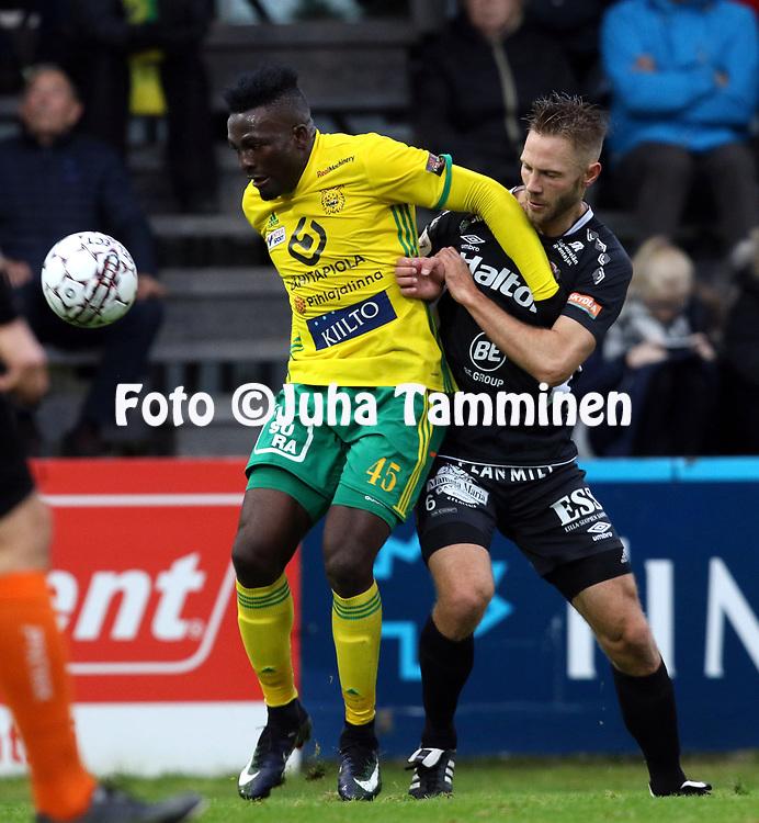 30.9.2017, Tammelan jalkapallostadion, Tampere<br /> Veikkausliiga 2017.<br /> Ilves - FC Lahti.<br /> Marius Noubissi (Ilves) v Pyry K&auml;rkk&auml;inen (FC Lahti).