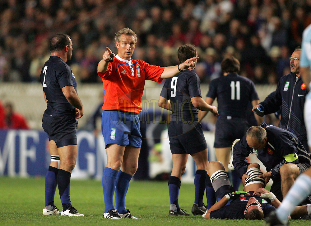 Rugby World Cup, France v Argentina, 19 October 2007. Referee Paul Honnis of New Zealand signals for a penalty kick during his record breaking 44th test match to become the worlds most capped referee at the Parc des Princes, Paris, France. Friday 19 October 2007. Photo: Ron Gaunt/Sportzpics.net