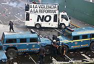 Miembros de la Policía Metropolitana, se enfrentan a estudiantes venezolanos durante una marcha realizada en Caracas hoy, 1 de noviembre de 2007, en rechazo al proyecto de reforma constitucional impulsado por el presidente venezolano, Hugo Chávez para diciembre próximo. Las diferentes marchas llegaron hasta la sede del Poder Electoral. (ivan gonzalez)..