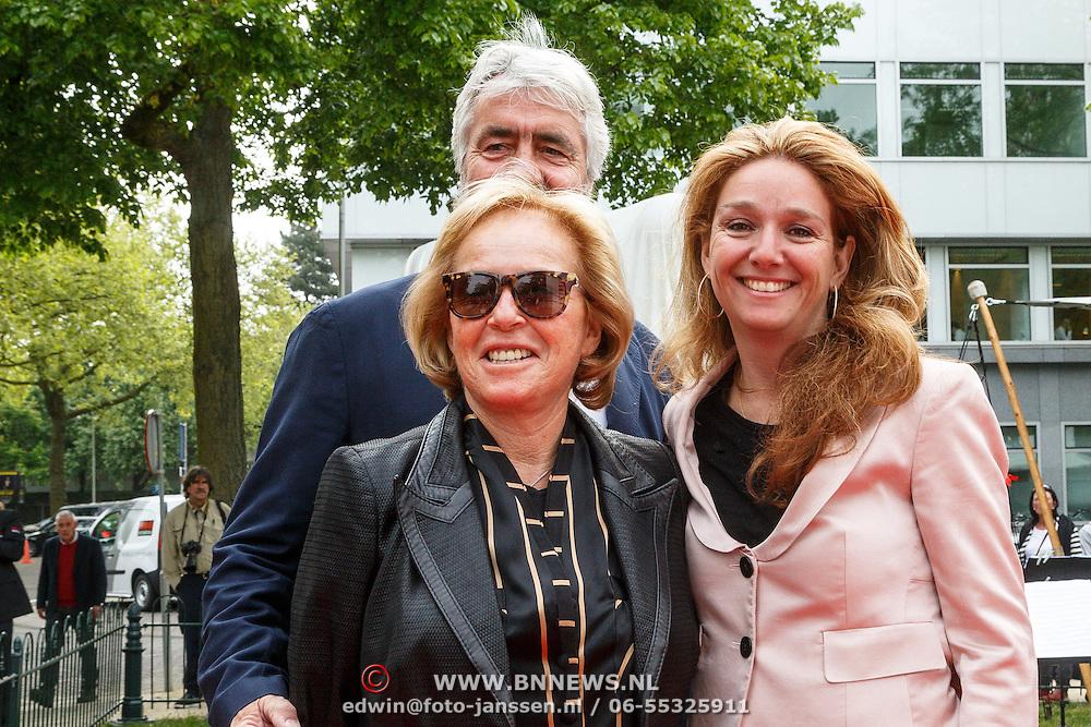 NLD/Amsterdam/20150522 - Prinses Beatrix opent Art Zuid 2015, Nina Brink en haar dochter Karin, partner Pieter Storms