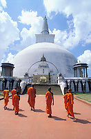 Sri Lanka - Jeunes moines (novices) à Anuradhapura<br /> Young monks in Anuradhapura - Sri Lanka