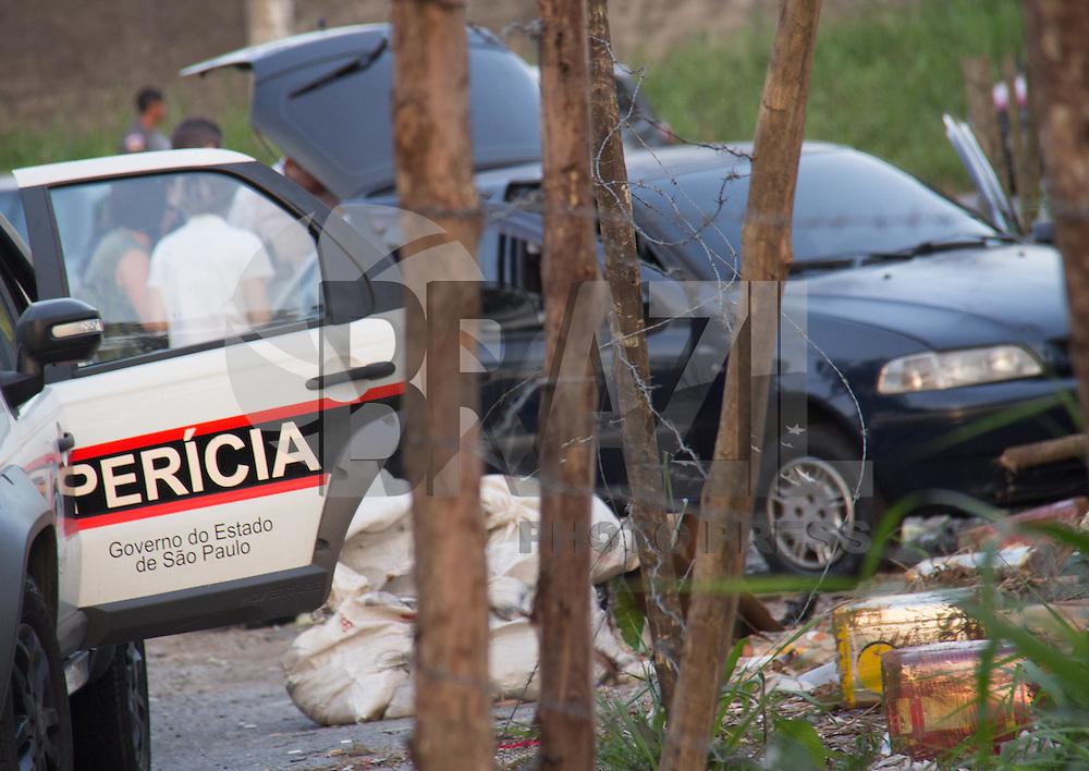 SÃO PAULO,SP, 06.08.2015 - CRIME-SP - Policiais da Rota (Rondas Ostensivas Tobias de Aguiar) ao tentar abordar três suspeitos em um veículo Pálio na Av. Doutor Felipe Pinél no bairro de Vila Clarice região oeste de São Paulo, foram recebidos a tiros e dois criminosos durante o tiroteio foram mortos pela policia no local e um conseguiu fugir na tarde desta quinta-feira (06). ( Foto Marcio Ribeiro / Brazil Photo Press)