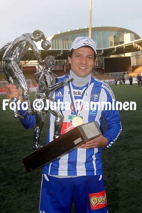 29.10.2011, Sonera stadion, Helsinki..Veikkausliiga 2011, FC HJK Helsinki - FC Haka Valkeakoski..Jari Litmanen (HJK) & mestaruuspokaali..