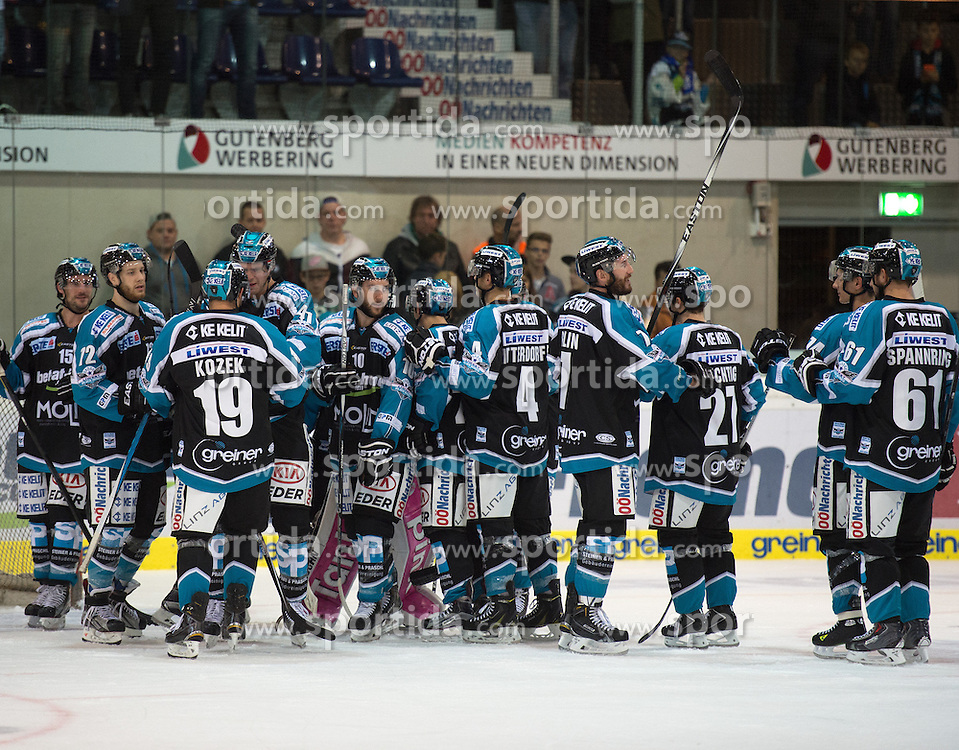27.09.2015, Keine Sorgen Eisarena, Linz, AUT, EBEL, EHC Liwest Black Wings Linz vs Moser Medical Graz 99ers, 6. Runde, im Bild Linz feiert das 4 zu 2 // during the Erste Bank Icehockey League 6th round match between EHC Liwest Black Wings Linz and Moser Medical Graz 99ers at the Keine Sorgen Icearena, Linz, Austria on 2015/09/27. EXPA Pictures © 2015, PhotoCredit: EXPA/ Reinhard Eisenbauer