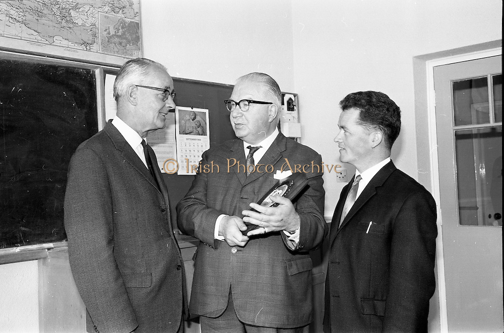 16/09/1968<br /> 09/16/1968<br /> 16 September 1968<br /> Presentation by National Savings Committee of Merit Award plaques to Principals of Taney N.S., Dundrum; St. Peter's Boys N.S., Bray, Co. Wicklow and Inchicore N.S., Dublin. Picture shows (l-r): Mr Sean O Muireadhaigh, Principal of St. Peter's N.S.; Mr H.E.F. Hall, Chairman, National Savings Committee and Mr Conall Ó Cuinneagáin,Treasurer of the Savings Committee.