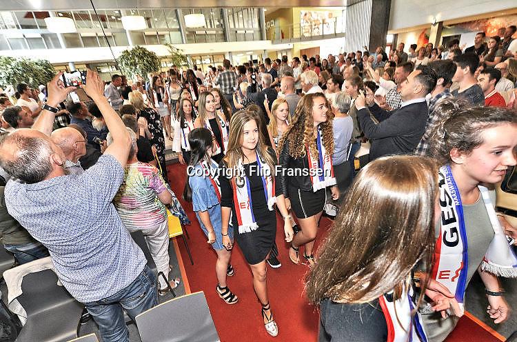 Nederland, Wijchen, 4-7-2017Geslaagden bij het Maas-Waal coillege worden onthaald in de aula voor de diplomauitreiking.Foto: Flip Franssen