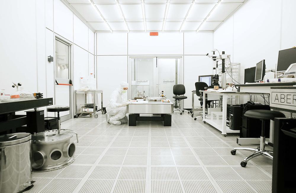 Ingegnere in una camera pulita di classe 100.000<br /> <br /> Engineer in a clean room class 100,000