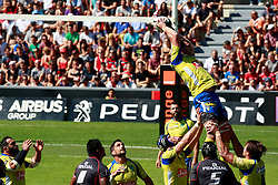 Clermont win the line out.  Stade Toulousain v ASM Clermont Auvergne, Stade Ernest Wallon, Samedia 13 September 2014. Top 14 5eme Journee.