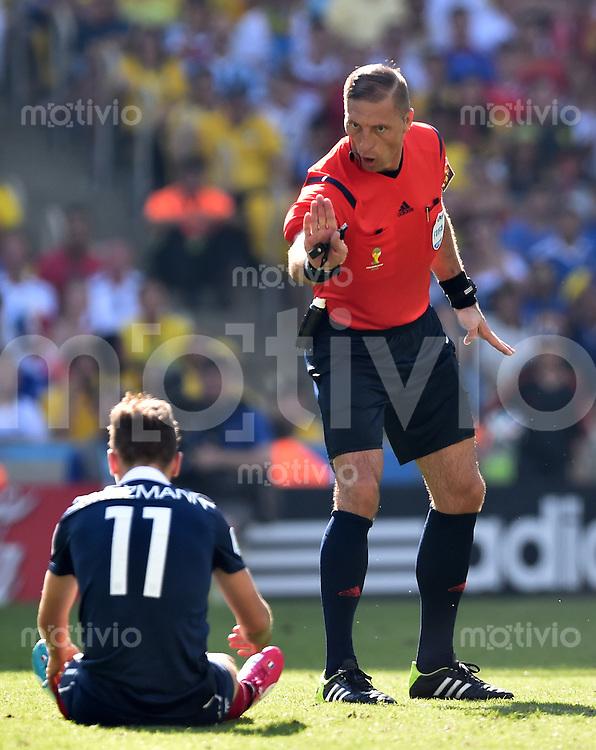 FUSSBALL WM 2014                VIERTELFINALE Frankreich - Deutschland           04.07.2014 Schiedsrichter Nestor Pitana ermahnt Antoine Griezmann (am Boden, Frankreich)