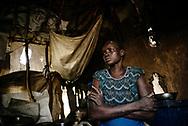 Elisabeth Nyathiey Wuol, 30 &aring;r, IDP, flygtet fra Pum nord for Padek pga. Kampe.     <br />         Fem b&oslash;rn, NB de 3 mindste med p&aring; billeder i hytten. <br />        Pige 2 &aring;r; Biel, pige 4 &aring;r; Reath, pige 6 &aring;r; Nyawiek , dreng 7 &aring;r: Gattang . <br /> &rdquo;Vi frygtede fra kampe i Pum. Mind mand blev dr&aelig;bt der. Vi  gik i sm&aring; grupper syd p&aring;. Jeg bar den yngste. Vi gik i 10 dage. Vi sov under tr&aelig;erne. Levede af Lalob hele vejen.&rdquo;<br /> &rdquo;Vi kom til Padek for ca. 3 mdr.siden &ndash; fandt en tom Tukul. Den er &oslash;delagt flere steder, det regner ind. Vi har lagt nogle s&aelig;kke/presseninger over, men det er ikke nok.  &rdquo;<br /> Spm: Hvordan er livet i Padek ? &rdquo;<br /> (Hun sukker h&oslash;jlydt)<br /> &rdquo;Det er meget h&aring;rdt. Har ikke f&aring;et reg. kort, ikke f&aring;et noget mad endnu. Jeg f&aring;r lidt mad /b&oslash;nner fra ejeren , har til en uges tid til b&oslash;rnene. Jeg har brug for mere mad &rdquo;<br /> Udsagn: &rdquo;I Pum havde vi en mark hvor vi dyrkede okra og majs. Det leved vi af. Nu mangler vi mad, t&oslash;j, et nyt shelter hvor det ikke regner ind. &rdquo;<br /> &rdquo;Jeg &oslash;nsker mig en &oslash;kse og en hakke og fr&oslash;, s&aring; vi kan rydde tr&aelig;er og s&aring; igen. Og et sted at bo hvor det ikke regner ind&rdquo;  <br /> South Sudan food crises. ICRC and South Sudan Red Cross are distributing food by air drops to people, refugees, IDP&acute;s from planes, witch is the only way to reach the people in the conflict areas. The lack of food caused by the fights in the county.
