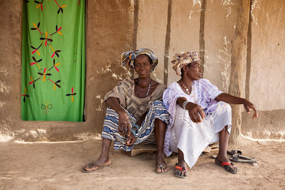 Hawa Diakite (purple) and co wife Djene-Sira Diakite.  ..Sogola, Mali.