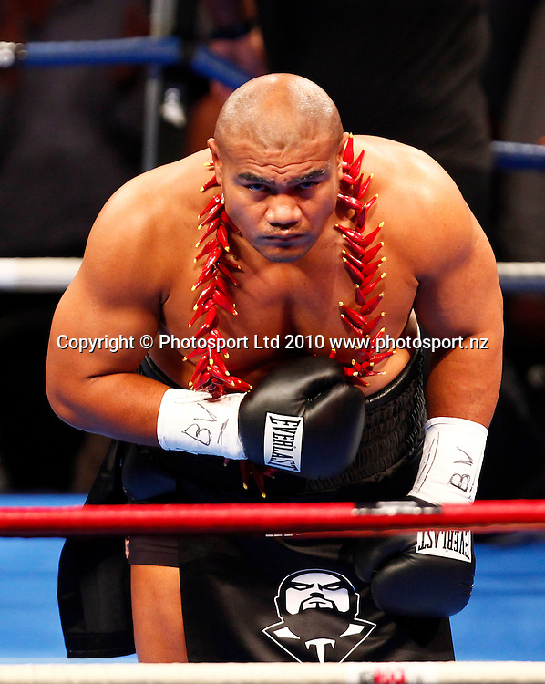 "David Tua bows to the audience. David Tua v Friday ""The 13th"" Ahunanya, Waitakere Trusts Stadium, Auckland, Wednesday 31 March 2010. Photo: Simon Watts/PHOTOSPORT"