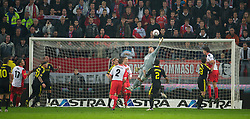 UTRECHT, THE NETHERLANDS - Thursday, September 30, 2010: Liverpool's goalkeeper Pepe Reina flaps at a cross against FC Utrecht during the UEFA Europa League Group K match at the Stadion Galgenwaard. (Photo by David Rawcliffe/Propaganda)