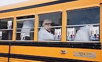 Nederland. Den Haag, 27 februari 2010.<br /> Partij voor de Vrijheid, PVV. Flyeren, campagnevoeren in Kijkduin. Op het Deltaplein arriveren de kandidaten van de PVV voor de gemeenteraadsverkiezingen.  Politiek, lokale politiek,pvv, partij vor de vrijheid<br /> Foto Martijn Beekman